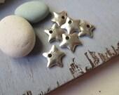antiqued silver  star charm , accent drop metal rustic mini pendant   ,  base metal casting  ,pewter tone  - 13  mm / 6 pcs - 6am2855