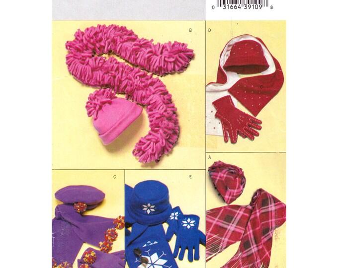 Accessories Pattern Butterick 3981/375 Womens Fleece Hats Gloves Scarf Beret