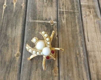 Adorable vintage small gold and white fly brooch insect brooch ruby eyes