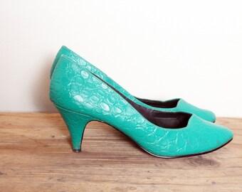 vintage 1960s 60s Kelly Green Heels/ textured snake skin alligator skin heels/ teal green turquoise pumps/vintage heels pumps