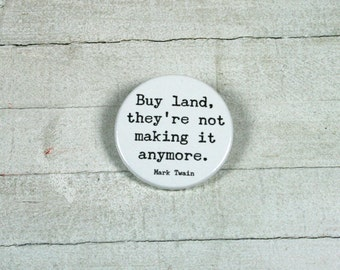 """Quote Mark Twain: """"Buy land, they're not making it anymore."""" - badge 3,8 cm"""