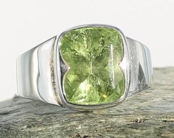 Peridot silver ring. Size 6.25. Natural stone. Gemstone ring. Peridot cabochon. Peridot jewels. Ring size M UK.