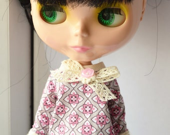 Lovely pink geometric print blouse/shirt/top with lace crochet trim for Blythe doll