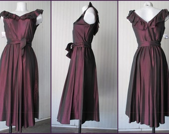 Vestito in raso anni 40.Color prugna/1940's satin dress/Plum coloured/Deep scoop neck in front and back/Made in England by Alexander Clare