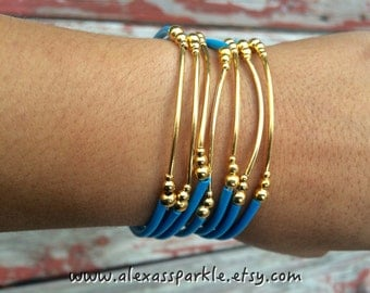 Blue Rubber Bracelet Set with gold plated charms- Semanario pulseras de caucho color azul cielo con dijes chapa de oro