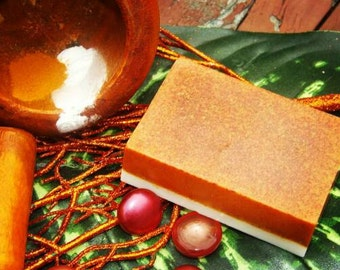 Turmeric,clay,baking soda & breathtaking mint! This picture does this bar no justice! Castille or goats milk (please specify) exotic oils!