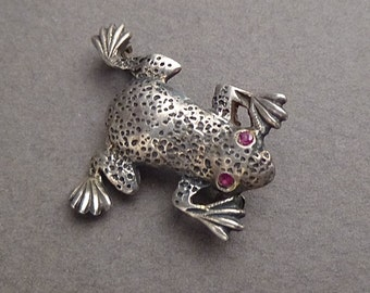 925 frog  brooch with garnet eyes