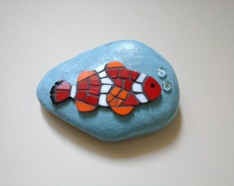 Paperweight clown fish with bubbles mosaic on pebble stone - Fermacarte sasso con mosaico pesce pagliaccio Briefbeschwerer  Mosaik mosaique