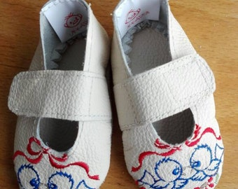 White embroidered calf leather baby shoes 6/9 months