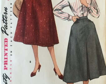 """VTG 1315 Simplicity (1950s) skirt.  Waist 26"""", Hip 35"""". Complete, unused, neatly cut.  Excellent condition."""