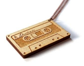 Pendentif cassette audio personnalisé - collier customisé - bijou sur mesure en érable gravé au laser sur chaîne couleur cuivre ancien