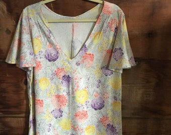 Full circle flutter sleeve floral top // V-neck floral blouse