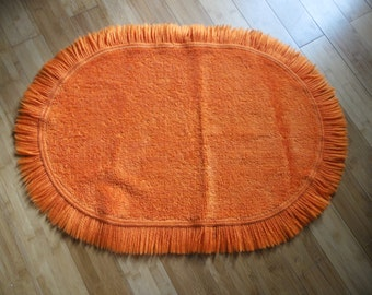 Oval rug wool synthetic, 70's orange flashy; 88cm / 62 cm. in 34.64 / 24.40 in deco pop, hippy, boho, folk