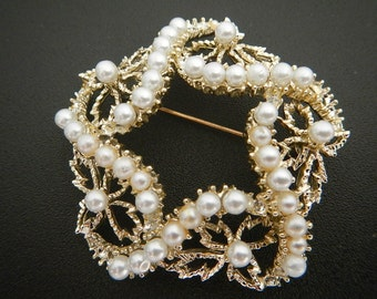 Gorgeous Vintage Brooch with Fuax Pearls.