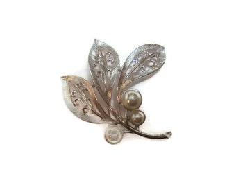 Vintage Sarah Coventry Brooch with Faux pearl, Silver Brooch, Designer jewelry, Designer brooches, brooches, Gift for her, Silver jewelry