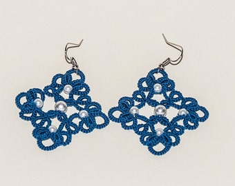 Blue with white pearls earrings to tatting