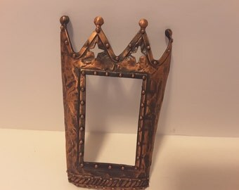 Crown shaped metal frame, no glass