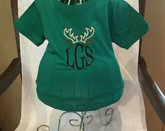 Baby boys t-shirt witg antlers monogram.