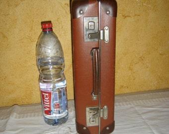 Petite valise en carton. Little suitcase. France