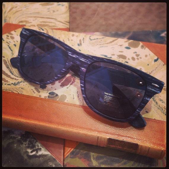 Retro sunglasses: Wayfarer model dark grey wood print.