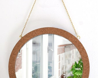 Round mirror with woven back and frame in Cork. Diameter 35 cm
