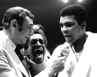 Howard Cosell Interviews Muhammad Ali in 1973 as Sammy Davis, Jr Laughs - 8X10 Publicity Photo (ZY-135)