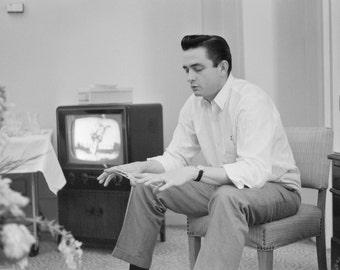 Johnny Cash plays cat's cradle, by Marvin Koner