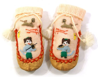 Japanese Cat Booties / Vintage 1960s Baby Shoes with Applique Cats & Embroidery / Made in Japan / Soft Leather Sole Moccasins with Kitties