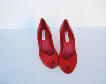 1980s peep toe leather shoes / gloria vanderbilt lipstick red shoes / 10