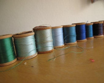 Vintage wood wooden spools of thread blue green craft supplies Qty 9