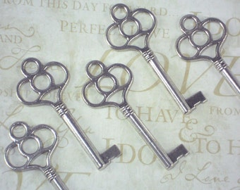 5 Skeleton Keys Key Charm Pendants Silver Tone 59mm (P1810)