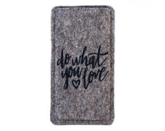 "Felt sleeve / case / cover for your phone with text ""do what you love"""
