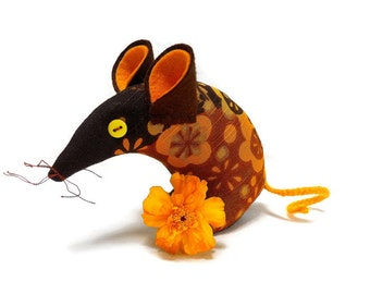A Retro  Mouse ? A 60s Mouse ? This mouse in  60s 70s Funky Boras Vintage Fabric