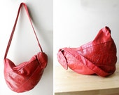 Cherry Red Slouch Bag • 80s Purse • Hobo Leather Bag • Red Leather Bag • Leather Crossbody Bag • Slouchy Bag • Embossed Leather Bag | B577