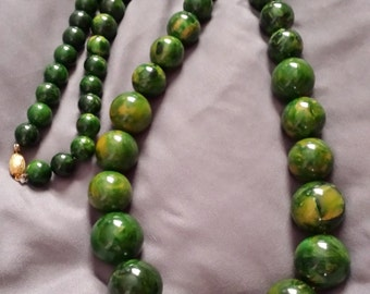 "30"" Vintage 1950s marbled green bakelite bead necklace 134 g"
