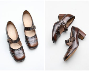 vintage 60s wing tip mary janes - brown mary jane heels / Italian leather shoes - 1960s mod heels / mod dolly buckle shoes - fits ladies 7