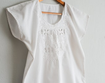Vintage mexican blouse: hand embroidered, white flower bouquet, white cotton, M size loose fit, mexican artisan, Frida boho style