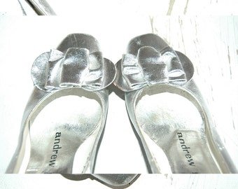 vintage 1960's mod silver leather bow top pumps . cinderella in the city . size