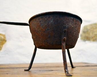 Rusty French country Saucepan on legs tripod 3 legged pan casserole