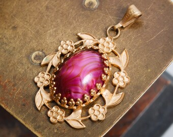 Vintage gold plated pendant, with glass cabochon. (IL)