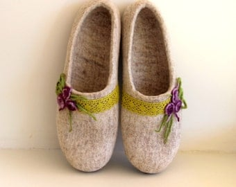 Felt slippers - natural beige women slippers - Felted wool slippers with lace and purple flowers