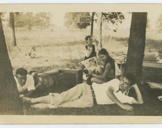 Funny Pages & Make-Up, c1920s-30s Vintage Snapshot Photo [65455]
