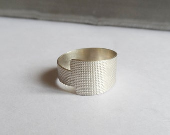 Ring asymmetric textured silver