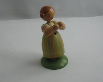 Age old Erzgebirge flower child of WEHA ART Seiffen (Germany). Flower girl (unfortunately WITHOUT flower). Vintage