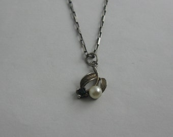 Charming, small silver pendant with pearl and sapphire on a beautiful, elegant necklace of sterling silver (925 Ag). VINTAGE