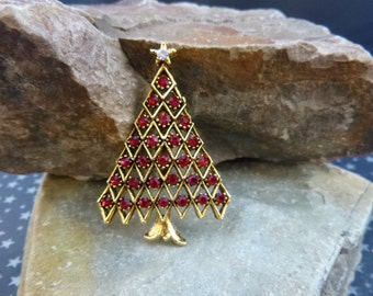 Classic Christmas Tree Vintage Brooch Red Rhinestones and Gold Tone Metal in an Unsigned Beauty Holiday Pin
