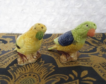 PARROT SHAKERS, colourful, bird shakers, salt and pepper, mailed from Canada