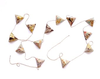 Origami geometric garland with flowered paper tetrahedrons