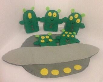 5 little men in a flying saucer puppet set