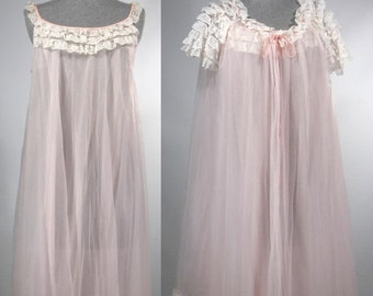 Vintage 1960s Peignoir set / nightgown and robe / baby doll / soft pastel pink size small